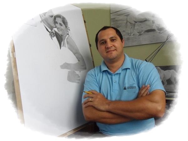Curso de Desenho Realista - Carlos Damasceno com um desenho em andamento